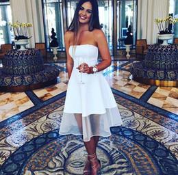 Vestido de fiesta corto sin tirantes blanco online-Simple 2020 Nuevo vestido de cóctel barato blanco Una línea sin tirantes de longitud de té Satén y tul Vestidos cortos de fiesta de graduación