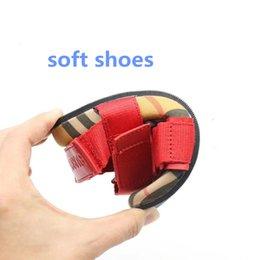 Neue Marke Kinder Schuhe Kinder Sandalen Jungen Mädchen Für Schule plaid Atmungsaktive Wohnungen Sommer Strand Schuhe Rot Schwarz Sandalen von Fabrikanten