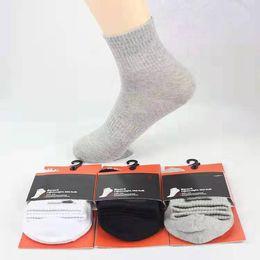 Calcetines activos con logotipos Negro Blanco Gris Calcetines de algodón Calcetines largos para hombres Calcetines deportivos desde fabricantes