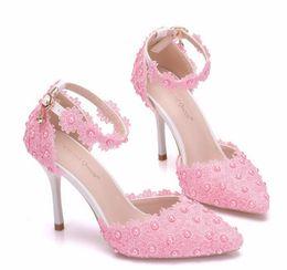 Zapatos de novia de cuentas blancas online-2019 zapatos de boda de encaje blanco rosado elegante para las perlas de la novia Barato envío gratis zapatos nupcial del talón del dedo del pie puntiagudo moldeado