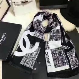 White pashmina scarf online-El chal de bufanda a cuadros blanco y negro con estilo de diseño de lana es elegante, cálido y cómodo