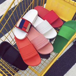 Látex colorido online-2019 diseñador de lujo de verano sandalia de diapositivas de goma para hombres y mujeres Zapatilla plana brillante colorido del verano se siente impregnado Chanclas de playa
