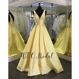 bata de fiesta amarilla Rebajas Vestido de noche formal largo de satén amarillo al por mayor 2019 con cuello en v sin espalda Una línea Ocasión Vestidos de mujer Bata barata de Soiree