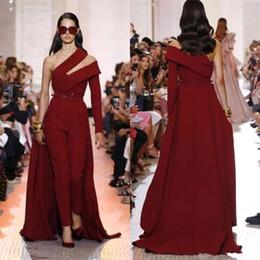 Красный комбинезон онлайн-Темно-красный атласный комбинезон на одно плечо Вечерние платья 2019 с длинным рукавом с рюшами длиной до пола, вечерние вечерние платья с юбками