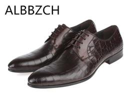 Trabajo de cuero de estilo europeo online-Nuevos zapatos de boda para hombre moda de hombre en relieve de cuero de vaca zapatos de vestir de estilo europeo de negocios de trabajo de ocio derby tamaño 38-44