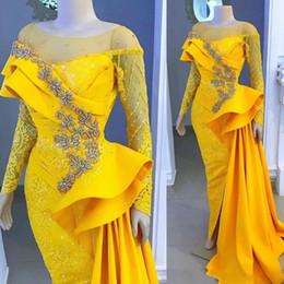 Gelbe afrikanische Nixe-Spitze-Abschlussball-Kleider 2020 Sheer Bateau-Ansatz gebördelten Side Split mit langen Ärmeln Abendkleider Sweep Zug Peplum formales Kleid von Fabrikanten