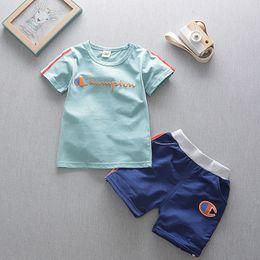 2019 baby boy tracksuits Tute per neonato Tute per costumi T-shirt per designer Tops + Pantaloncini a righe laterali Sport bambini 2 pezzi Abiti per ragazzi Sportswear B4251 baby boy tracksuits economici