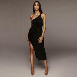 Um lado casual vestido preto on-line-Hot Sexy Mulheres Negro Cor Dresse 2019 NOVO Verão sem mangas Casual Um ombro-Side Dividir Assimétrica Night Out Vestido Clube
