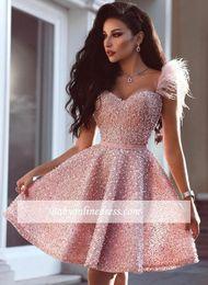 2019 sexy mini vestido de plumas Graceful Little Pink Vestidos de coctel cortos Perla de cristal Apliques de plumas Vestido de fiesta Volantes Mini Homecoming Vestido de fiesta por encargo sexy mini vestido de plumas baratos