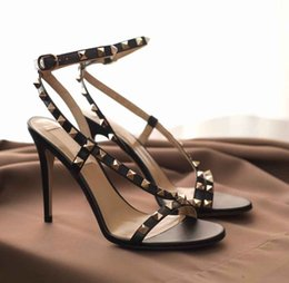2020 borsa del progettista della vite prigioniera Luxury Designer Women Rock Studs Strappy Stiletto Heels For Lady Rivets High Heels Sandals Sandalias Mujer Party Wedding With Box,Dust Bag borsa del progettista della vite prigioniera economici