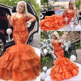 laranja puffy vestidos de baile Desconto 2019 Puffy Ruffles Laranja Sereia Vestidos de Baile Halter Apliques Brilhantes Frisado Evening Party Gowns Custom Made