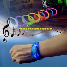 Crianças, piscando, pulseiras on-line-8 cores Controle de voz pulseira Led Flashing Bracelet Silicone controle de vibração Bangle Natal de Ano Novo presente de casamento Crianças Brinquedos