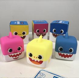 2019 lancia le bambole Giocattolo del bagno del cubo dello squalo del bambino musica LED giocattolo impermeabile della bambola di canzone regali illumina le bambole dello squalo del bambino KKA6793 lancia le bambole economici