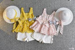 Sombrero de niña estilo coreano online-Traje para niñas Nuevo estilo Versión coreana Baby Girl's Sleeveless Bow Top Pantalones cortos de moda de dos piezas con sombrero
