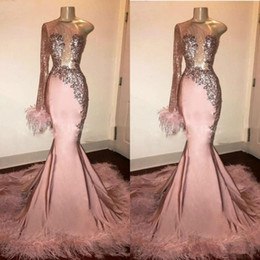 vestidos de baile plissados de turquesa Desconto Glitter Lantejoula Prom Dress manga comprida Menina da sereia preto-de-rosa com penas Train Formal vestido de noite Vestidos de um ombro Africano