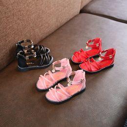 Zapatos de niños sandalias de perlas online-Nuevos bebés niñas sandalias de perlas 2019 verano moda niños princesa sandalias niños zapatos de playa de arena 6 colores zapatos romanos C6329