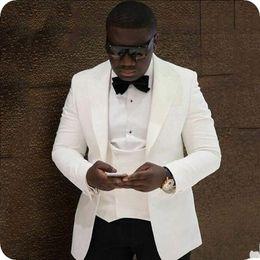 Canada Tuxedos De Marié Ivoire Populaires Peak Revers Groomsman De Mariage 3 Pièce Costume De Mode Hommes D'affaires De Veste De Bal Blazer (Veste + Pantalon + Cravate + Gilet) 2601 cheap ivory peak lapel tuxedo Offre