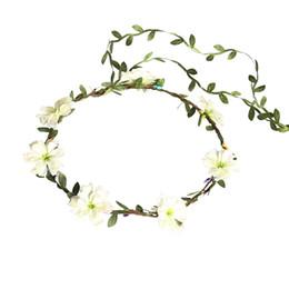 bilder haare stirnbänder Rabatt Blume Krone Daisy Halo BOHO Stirnbänder für Frauen Mädchen Hochzeit Party Festival Mutterschaft Familie Bild Kopf Garland Brautjungfern Haar Kranz