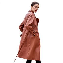 Gabardinas de cuero marrón online-Otoño y el invierno de las nuevas mujeres foso de cuero marrón Mujer capa de cuero de la calle principal de los marcos de cuero largo Ropa Plus