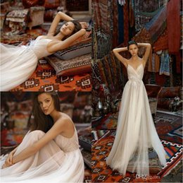 Plumas baratas de la boda online-Liz Martinez 2019 Vestidos de novia Spaghetti Backless Bohemia Boho Vestidos de novia con plumas Una línea Vestido de novia Playa de mariée Barato