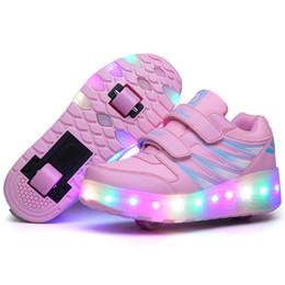Обувь для мальчиков онлайн-Два Колеса Светящиеся Кроссовки Черный Розовый Led Light Roller Skate Shoes Дети Дети Led Shoes Мальчики Девочки Обувь Light Up Унисекс Y19070201