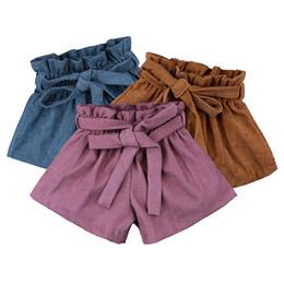 Corti corti online-Pantaloncini in tessuto per bambina Pantaloncini in velluto a coste Nuovo Pantaloncini in cotone tinta unita Ins in cotone elastico in vita Pantaloni con cinturini Pantaloni a gamba larga