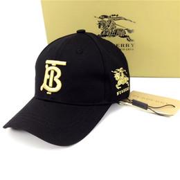 2019 мужская модная кепка Модные мужские и женские буквы вышитые четыре сезона шляпа летняя повседневная спортивная кепка черный и белый двухцветные мужчины и женщины носят бренды дешево мужская модная кепка