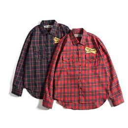Camisa de hombre manga larga online-Camisas informales Longitud de la marea delantera y trasera Prohibido Cordón Hombres y mujeres Fondo de los amantes del tiempo libre Camisa de manga larga