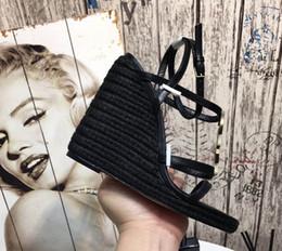 Pattini di cuoio ad alto cuneo online-Piattaforma di alta qualità con zeppa in paglia stile lettera Sandali Scarpe Sandali in pelle verniciata da donna Designer Scarpe casual Tacchi alti Scarpe eleganti