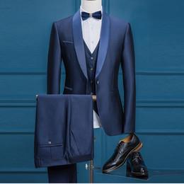 esmoquin azul marino brillante Rebajas Brand New Groom Tuxedos Shiny Navy Blue Groomsmen Shelfl Lapel El mejor traje de hombre Boda / Trajes de hombre Novio (chaqueta + pantalones + chaleco + corbata) A439