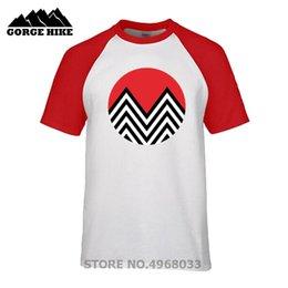 Дизайн красной футболки онлайн-Креативный Дизайн Геометрическая Black Lodge Red Sun Mountain Оригинальная Мужская Футболка Летняя Верхняя Одежда Стильная футболка Манга Футболка