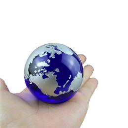 Adornos de mármol online-Crystal Blue Marbles globo terráqueo mundo mapa Cuarzo Esfera terrario Adornos de Escritorio náutica decoración para el hogar