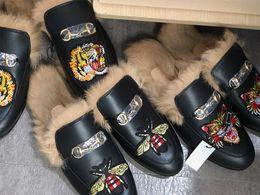Scarpe di tela di velluto online-Pantofola di cuoio del progettista di Fur Mule Princetown per le donne Pantofole ricamate di lusso del cuoio genuino Scarpe casuali del velluto di tela del cuoio genuino US5-12