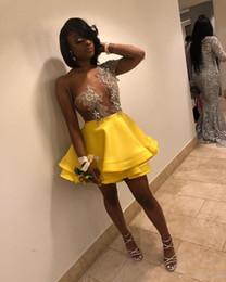 Длинное платье клуба сквозь тюль онлайн-Великолепные желтые платья возвращения на родину Короткие мини одно плечо с длинными рукавами Прозрачные аппликации из бисера Многоуровневое атласное тюль Пром платья