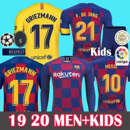 Camiseta de fútbol messi online-HOMBRE + NIÑOS 2019 2020 Barcelona Soccer Jersey de fútbol Barcelona Camisetas de Fútbol 19 20 Barca Messi DE JONG GRIEZMANN Rakitic Fútbol Jersey kits Conjuntos Uniforme