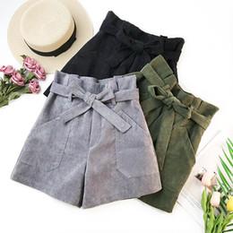 Nuevos pantalones cortos de pana online-2019 Spring New Bud Waist Pantalones cortos para mujer con bolsillos dobles Cinturón Envío gratis Corduroy Cintura alta Shorts de pierna ancha