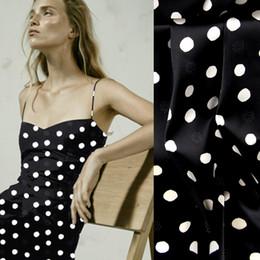 118 cm de ancho 19 mm lunares blancos 93% seda 7% spandex tejido de satén de seda negro elástico para el vestido de verano chaqueta D1053 desde fabricantes