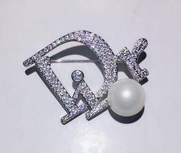 Roupa de mulher pérola on-line-Designer de moda letra D broche de pino com cristal pérola decoração broches de luxo pinos para mulheres presente