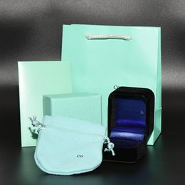 2019 caja de embalaje negra Caja de anillo de terciopelo negro de alta calidad conjunto Marca de lujo Joyería Cajas de embalaje Bolsas de papel Paño pulido Mujeres Anillo de bodas Pendientes Caja de regalo caja de embalaje negra baratos