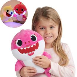 PinkFong Kawaii Bebek Köpekbalığı Dolması Bebekler Light Up Müzik Sıkıştırın Ses Karikatür Peluş Oyuncaklar Şarkı Yumuşak Bebek Noel Noel Çocuk Hediye cheap light sounds nereden hafif sesler tedarikçiler