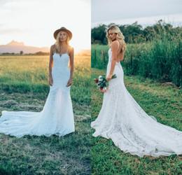 Vestido de novia bajo la correa online-2019 Sexy Boho Spaghetti Straps Bohemian Wedding Dresses con increíble encaje Low Back Sweep Train Beach Garden Vestidos de novia vestidos de novia