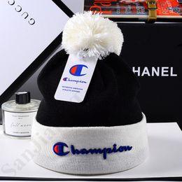 Lusso 2019 Campione del fiocchetto Beanie Cappellino cappello di inverno caldo Ear Muff Bonnet Calotta Donna Uomo Sport Outdoor Sci Crochet Caps C9601 da due animali di testa fornitori