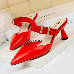 pantofole semplici Sconti Nuove pantofole da donna calde pantofole baotou semplici tacchi alti design bocca bassa punta in metallo fibbia della cintura scarpe vuote una parola dovrebbe