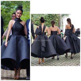 Vestidos à moda da praia on-line-Trendy curto preto da dama de honra Vestidos Halter Bow Tea Duração Satin Country Garden Praia de convidados do casamento vestidos de madrinha de casamento Vestido Plus Size