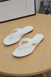 Flip flop decorações on-line-Verão versão simples flip-flops sapatos de metal das mulheres carta decoração desgaste vestindo chinelos de fundo macio