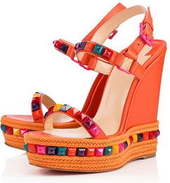 Rote bequeme sandalen online-Komfortable Sommer Damen Studs Red Bottom Wedge Cataclou Luxus Designer Schnalle Frauen High Heels Berühmte Gladiator Sandalen