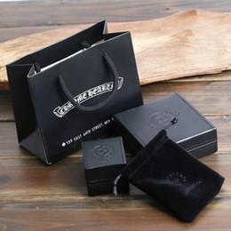 Упаковка для ювелирных изделий онлайн-Высокое качество упаковки ювелирных изделий коробки черная искусственная кожа PU материал ожерелье браслет кольцо коробки подарочные коробки с бархатной сумкой
