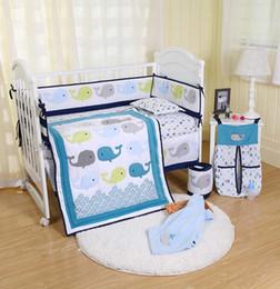 2019 blaue krippe bettwäsche-sets 8 Stücke Krippe Neugeborenes Baby Bettwäsche Decke Set Stickerei Blau Wale Baby Kindergarten Krippe Stoßstange Quilt Spannbetttuch Staub Rüsche günstig blaue krippe bettwäsche-sets
