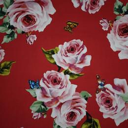 Bebé rosas rojas vestidos online-Tela de algodón Teñido reactivo Rosas rojas de fondo Mariposas Bebé Vestido de verano Telas Por Metros Tissu Au Meter Vestidos