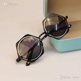 Canada Nouveau Mode Femmes Lunettes Cadre En Métal Réfléchissant Lunettes De Soleil Prismatique En Forme De Lunettes supplier new eyewear shape Offre